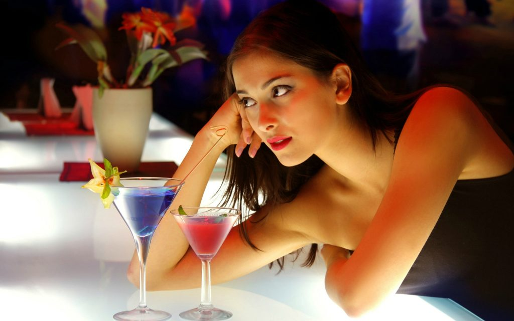 hot-girl-at-bar-alone